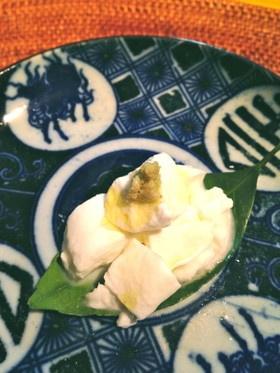 モッツァレラを山葵とオリーブオイルで