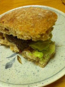 アボガドとドライプルーンのサンドイッチ