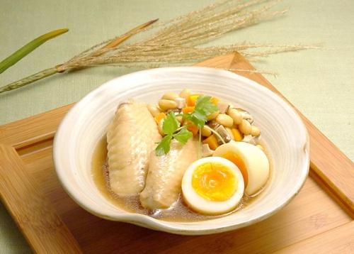 大豆と鶏肉の煮込み月見卵添え