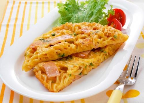 パスタとチーズのオムレツ