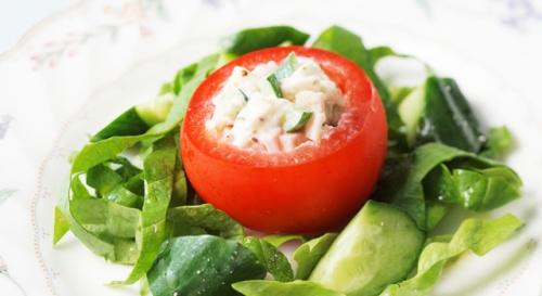 完熟トマトに詰めたサラダ