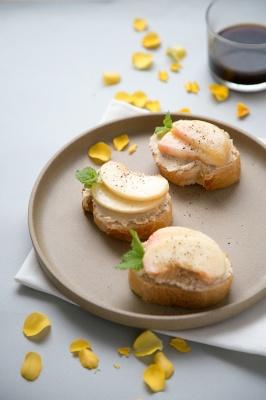 桃とミントのフムス・トースト