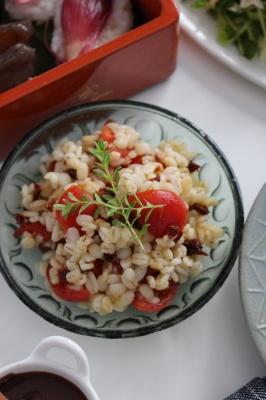 Wトマトと麦の赤白サラダ。