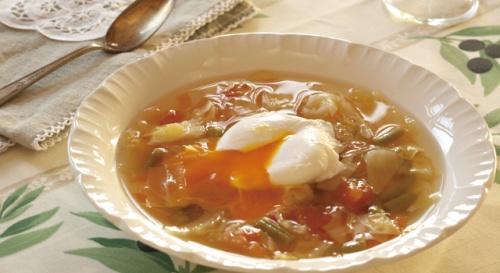 ポーチドエッグ入りトマト野菜スープ